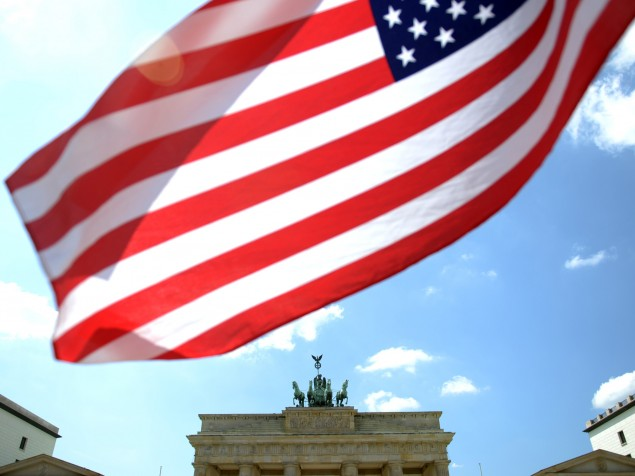The Gate of Brandenburg and the American flag are symbols of international friendship. (dpa / picture alliance / Rainer Jensen)