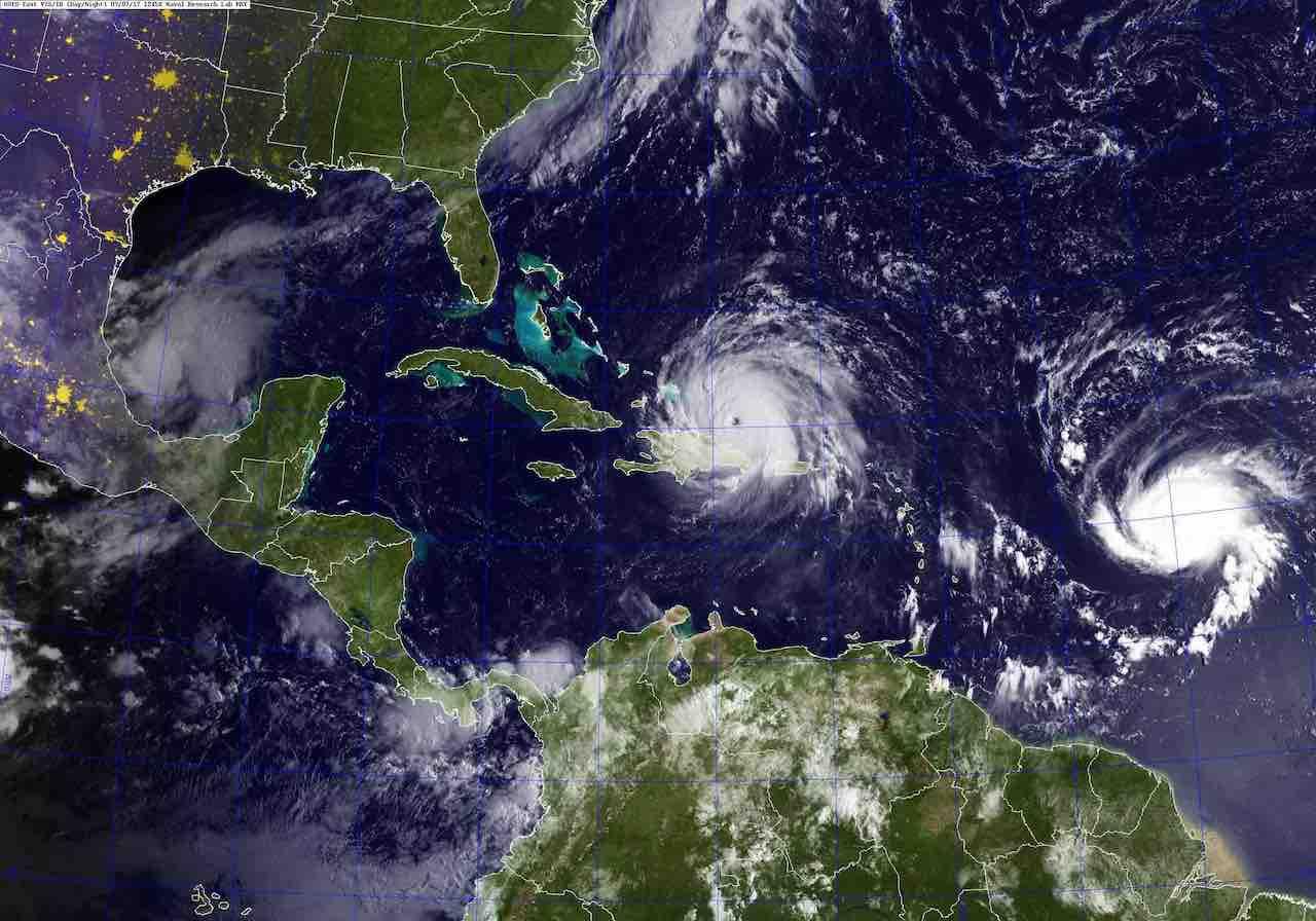 Una+imagen+del+sat%C3%A9lite+GOES+tomada+el+7+de+septiembre+de+2017+a+las+8%3A45+am+EST+muestra+el+hurac%C3%A1n+Irma%2C+%28centro%29%2C+y+el+hurac%C3%A1n+Jos%C3%A9%2C+%28a+la+derecha%29%2C+en+el+Oc%C3%A9ano+Atl%C3%A1ntico%2C+y+el+hurac%C3%A1n+Katia+en+el+Golfo+de+M%C3%A9xico.+El+hurac%C3%A1n+Irma+es+un+hurac%C3%A1n+de+categor%C3%ADa+5+con+vientos+sostenidos+de+m%C3%A1s+de+180+mph+y+se+mueve+hacia+el+oeste-noroeste+a+17+mph.+se+espera+que+la+tormenta+afecte+al+sureste+de+los+Estados+Unidos.+%28U.S.+Navy%2FReleased%29
