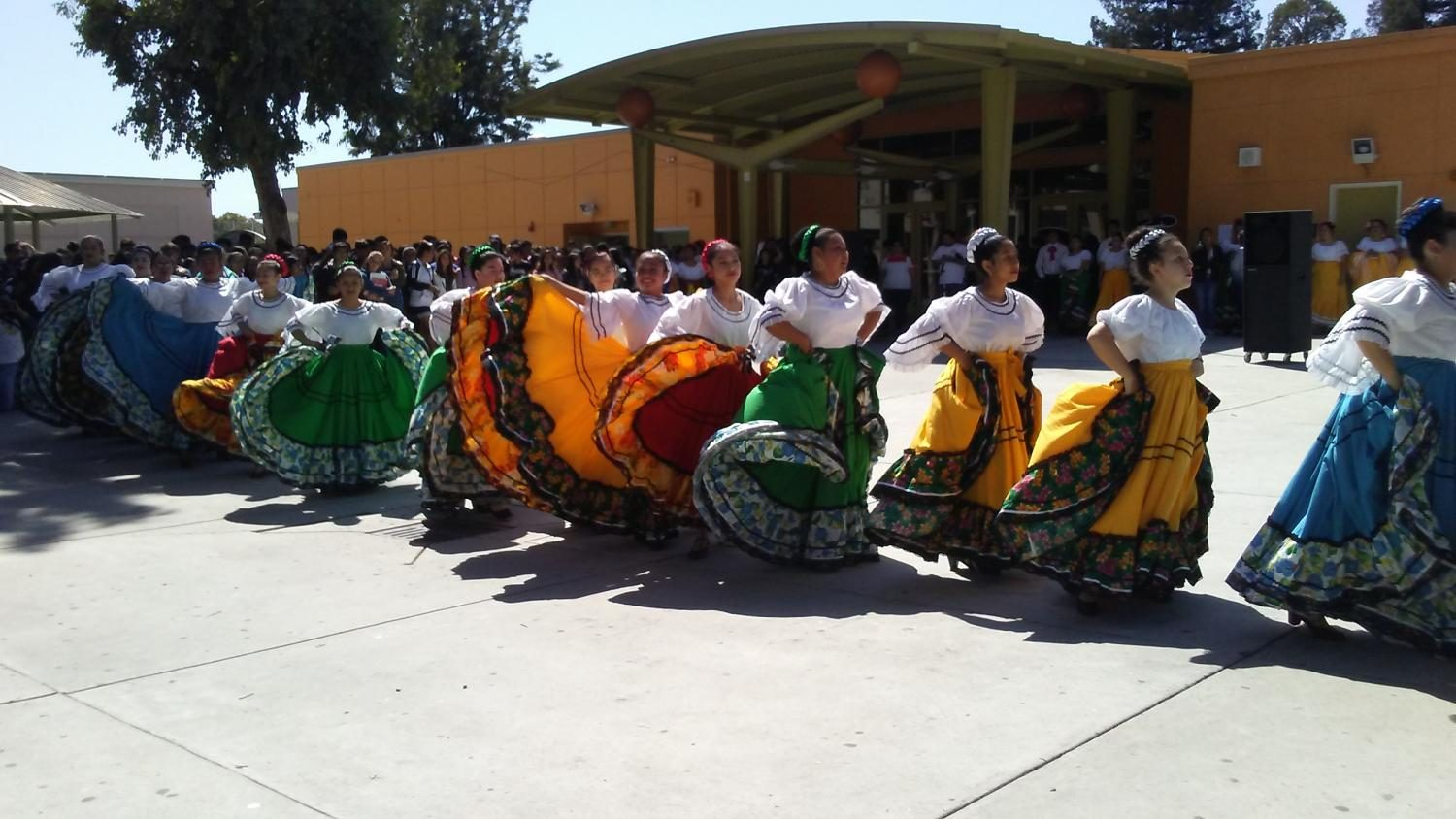 At lunch in the quad on September 15, 2017 Lincoln's folklorico group performed. (Isabelle Santiago / Lincoln Lion Tales)