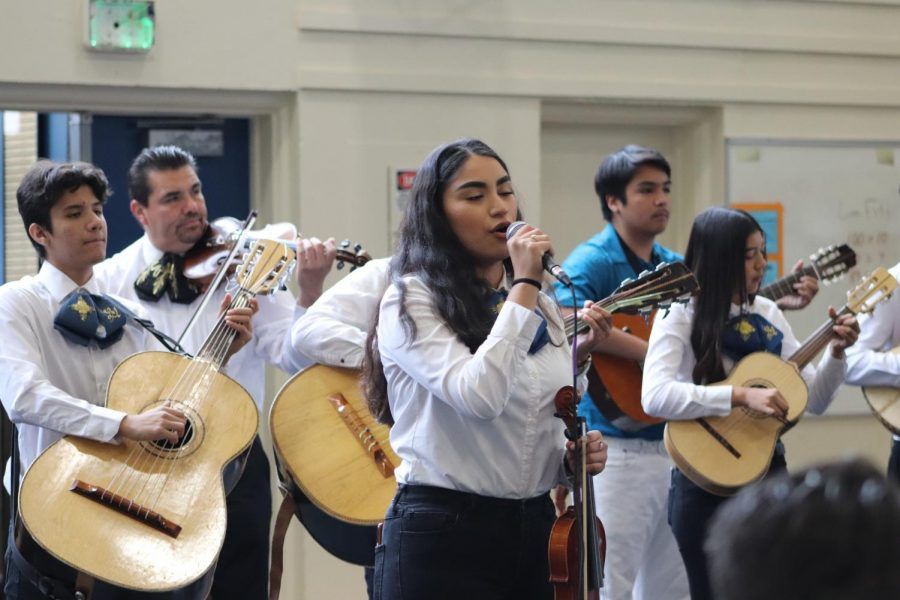 Kitzya Velazquez singing alongside mariachi. She's currently in mariachi. September 19, 2019 located in the Lincoln gym (Daniela Navarro/Lion Tales).